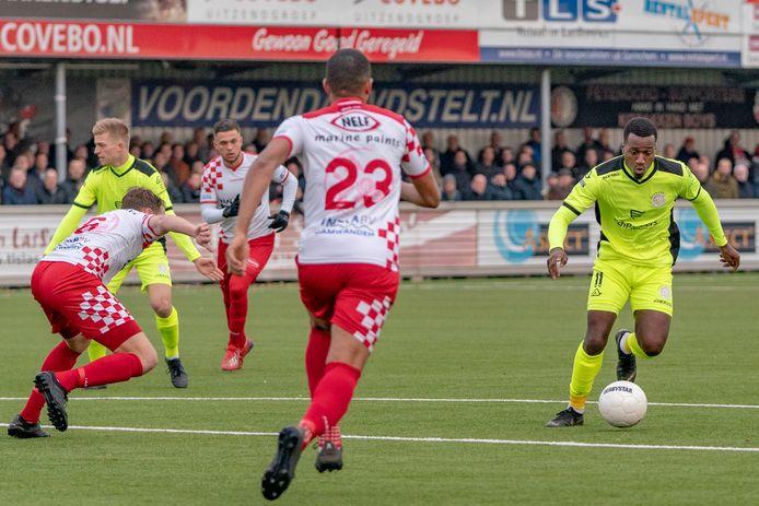 Op het drukbezochte sportpark zagen de toeschouwers hoe Robbert Olijfveld aanlegt om de 1-2 binnen te schieten.