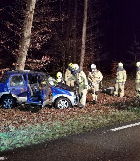 Brandweer moet gewonde vrouw uit auto bevrijden na botsing tegen boom bij Ede