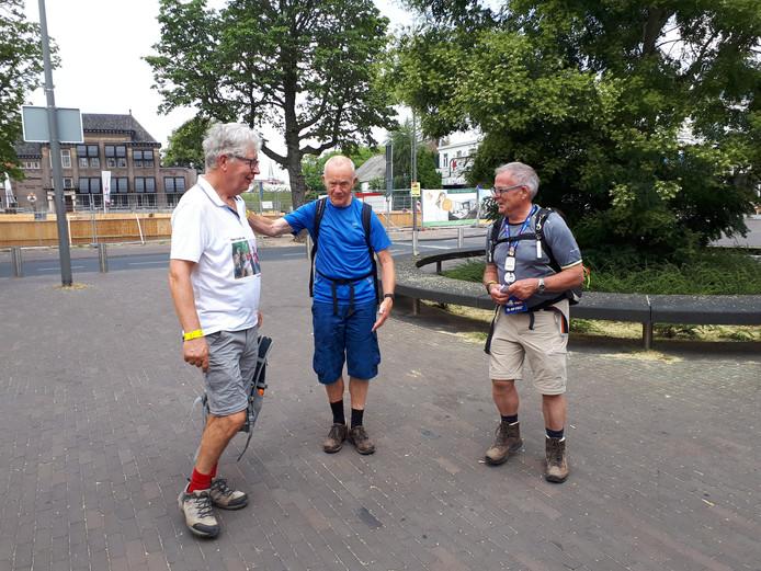 Ossenaren Wim Klein Douwel, Henk Veld en Cor Smits wandelen de veertig kilometer.