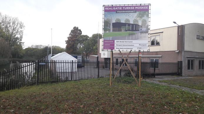 Het bouwbord voor de komst van de Turkse moskee aan de Vlaanderenstraat in wijk Wisselaar in Breda-Noord (Hoge Vucht) staat.