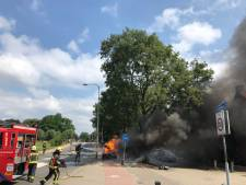Auto vliegt tijdens het rijden in brand