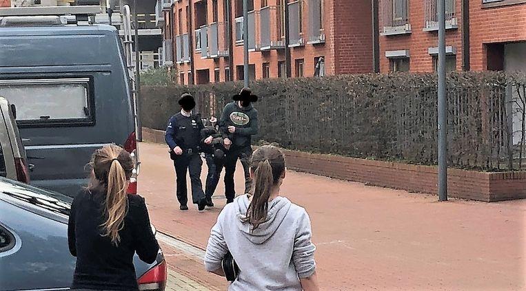 Agenten konden één van de daders klissen en geboeid meenemen.
