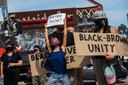 Een vrouw protesteert in Los Angeles tegen politiegeweld.