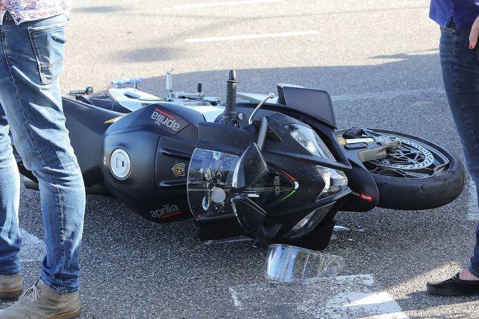 Motorrijder botst op boottrailer.