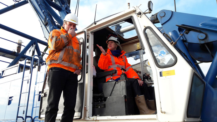 Minister Cora van Nieuwenhuizen (Infrastructuur en Waterstaat, VVD) heit de eerste paal voor de Reevesluis in het Drontermeer.