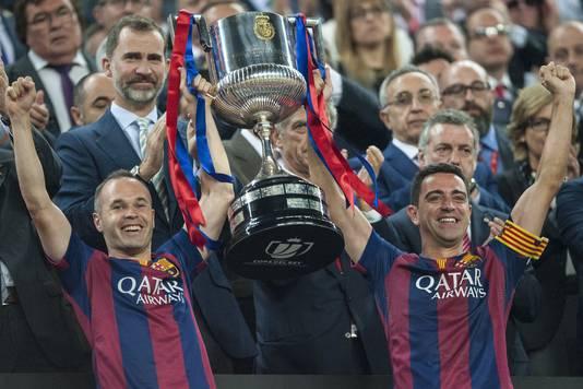 Iniesta en Xavi met een van de vele prijzen die ze samen pakten bij FC Barcelona.