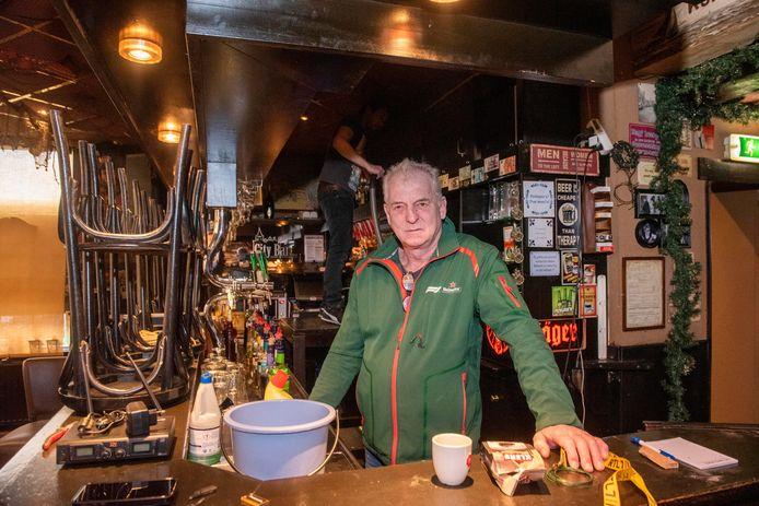 Rini Wolf, uitbater van City Bar in Elburg, is maar in zijn zaak aan het klussen nu hij niet open kan.