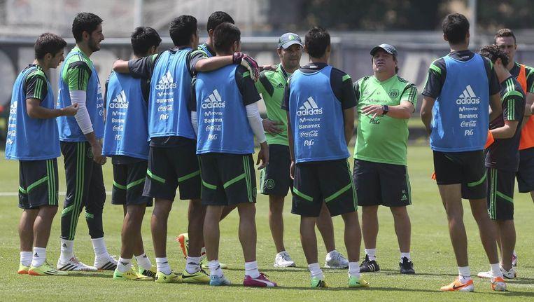 De Mexicaanse bondscoach Miguel Herrera spreekt zijn team toe tijdens een training.