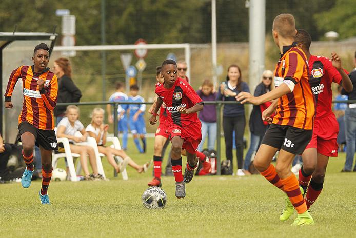 De O13 van FC Zutphen (oranjerood) mag ook dit jaar weer tegen internationale toptalenten voetballen.