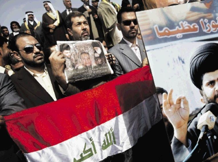 Aanhangers van de sjiitische geestelijke Moktada al-Sadr demonstreren in Bagdad tegen de VS. (FOTO AFP) Beeld AFP