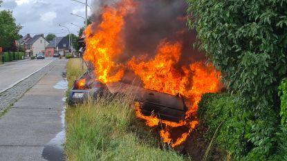 Auto gaat volledig in vlammen op na ongeval, bestuurder kan op eigen kracht uit wagen klimmen