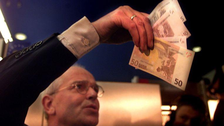 Oud-minister van Financiën Gerrit Zalm pint euro's in de nieuwjaarsnacht van 2002 Beeld anp