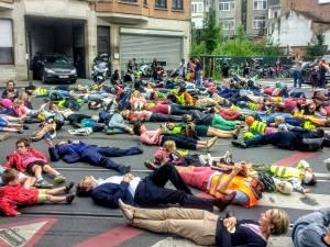Parents et enfants couchés sur le bitume contre l'insécurité routière à Schaerbeek