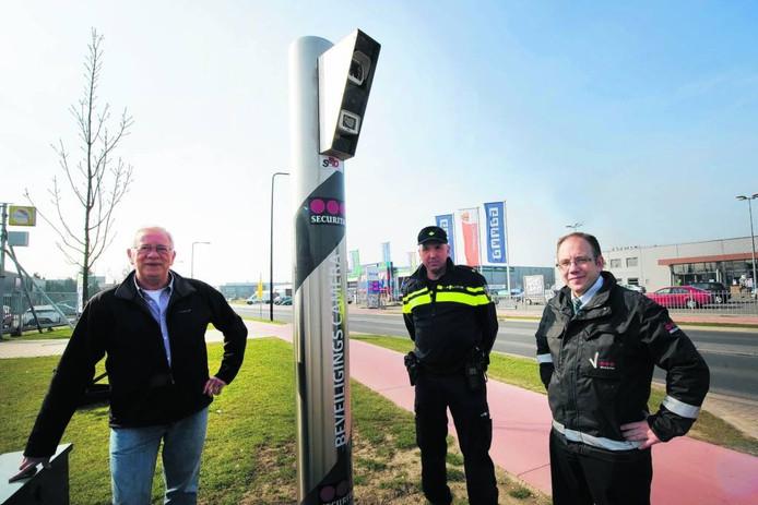 Hans Bruggeman (SIBA), wijkagent Theo Overgoor en Michel Rutten van Securitas bij een van de camera's op De Aam.