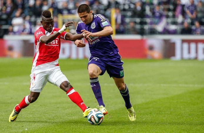 Daniel Opare (links) in duel met Aleksandar Mitrovic tegen Anderlecht.