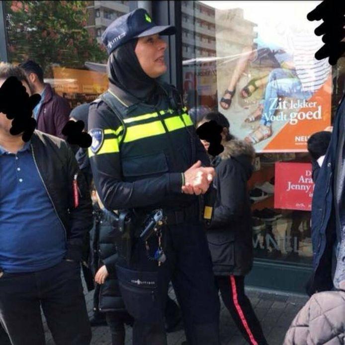 Een Amsterdamse wijkagent ging vorige week toch de straat op met een hoofddoek op.