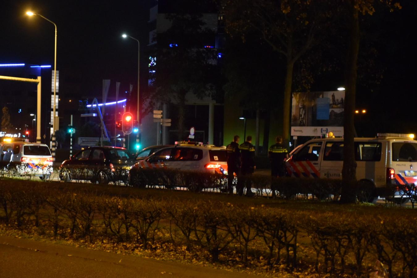 Politie rijdt auto klem in Nijmegen.