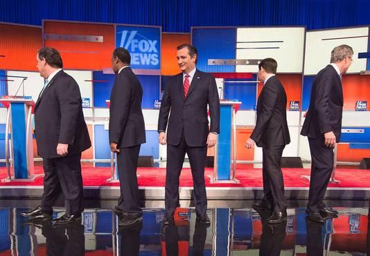 De deelnemers aan het Fox-debat lopen naar hun spreekgestoelte: Chris Christy, Ben Carson, Ted Cruz, Marco Rubio en Jeb Bush.