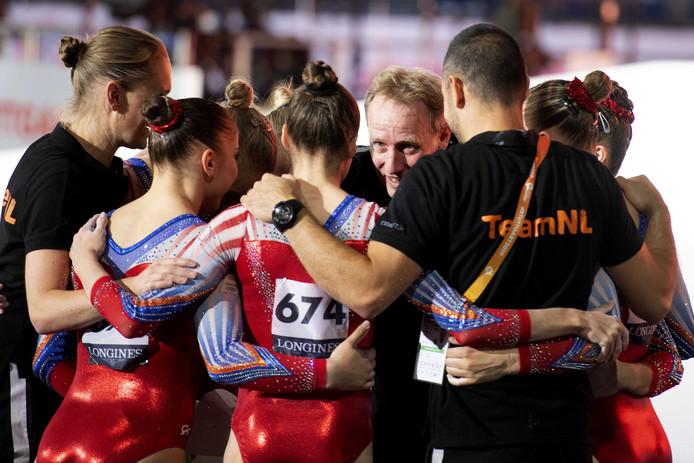 Blijdschap bij coach Vincent Wevers van het Nederlandse vrouwenteam na afloop van de kwalificatieronde tijdens het WK turnen.