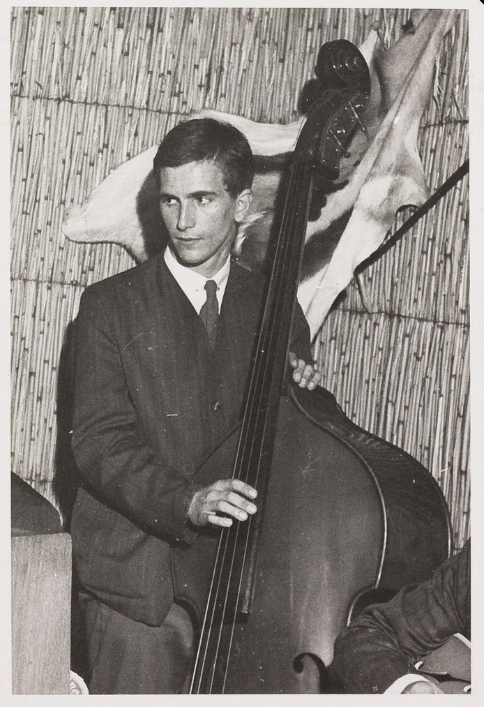 Arend Nijenhuis als veelbelovende bassist in 1960.