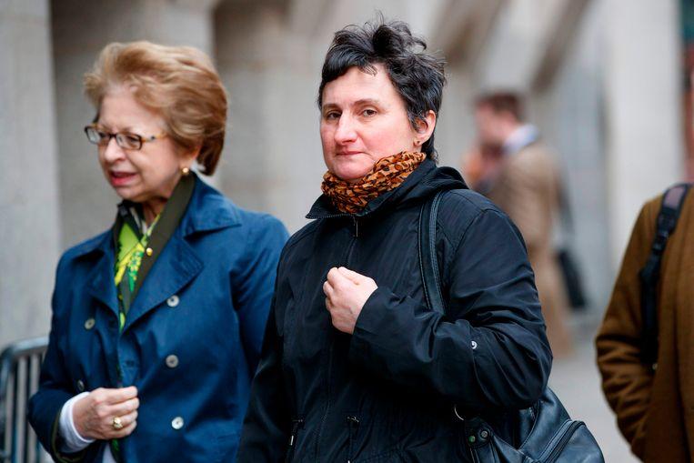 Catherine Devallonne, de moeder van Sophie Lionnet, woont het proces bij.