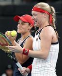 Ashleigh Barty (L) en Kiki Bertens (R)