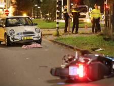 Aanrijding tussen auto en scooter, twee personen raken zwaargewond