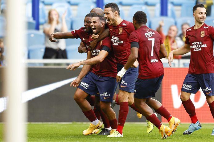 Oussama Tannane (tweede van links) juicht na zijn geweldige goal voor Vitesse.