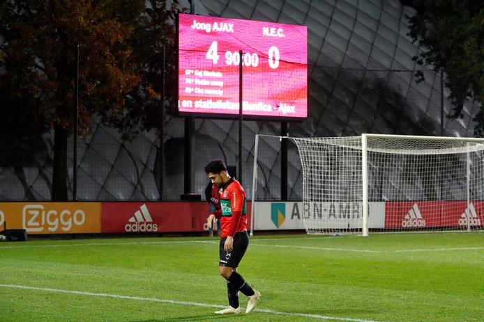 NEC-aanvaller Anass Achahbar loopt richting de supporters in het uitvak op De Toekomst na de 4-0 nederlaag tegen Jong Ajax.