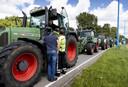 Thijs Wieggers (in de trekker) en Rutger van Lier (op de rug gezien) in gesprek met een agent tijden het boerenprotest vrijdag.
