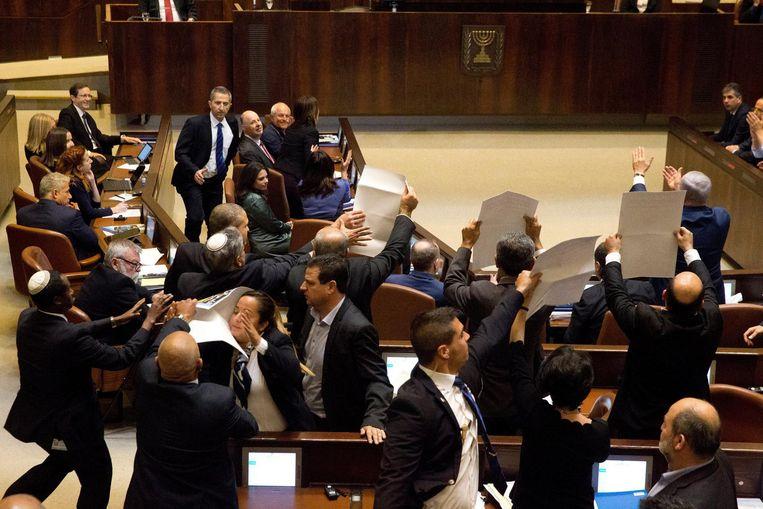 Arabische parlementariërs hielden borden met opschrift omhoog. Beeld epa