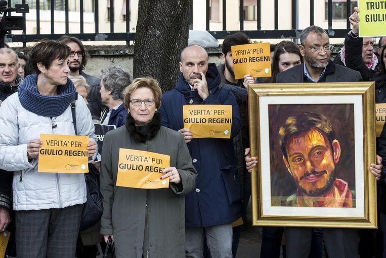 Archiefbeeld: demonstranten bij de Egyptische ambassade in Rome met een portret van de vermoorde Giulio Regeni.