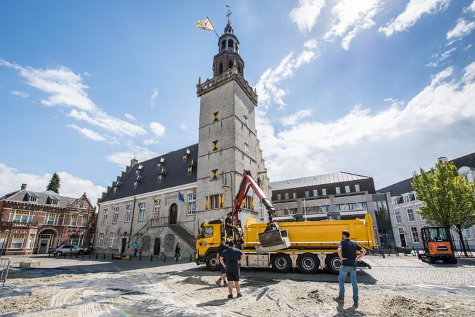 Van den Manacker Transport stort 200.000 kilo zand op de Grote Markt in Hulst.
