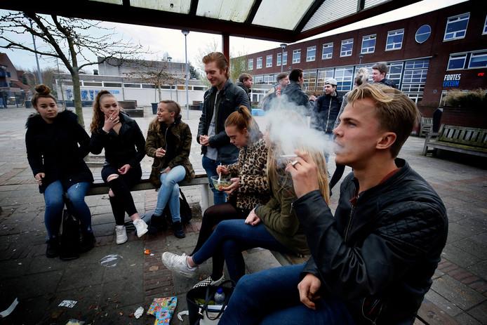 Nu wordt er nog volop gerookt op het schoolplein van het Fortes Lyceum, vanaf 1 januari niet meer.
