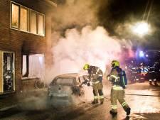 Auto verwoest en woning beschadigd bij autobrand in Dordrecht