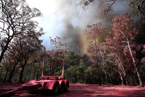 Roze vuurvertragers wordt op Gospers Mountain gedumpt vanuit een blusvliegtuig.
