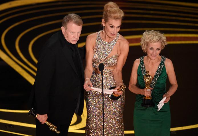 Greg Cannom, Kate Biscoe en Patricia DeHaney accepteren de Oscar voor 'beste haar en make-up'.