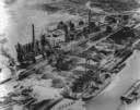 Hoogovens in 1928 en hiernaast het huidige fabriekscomplex, zo groot als duizend voetbalvelden.