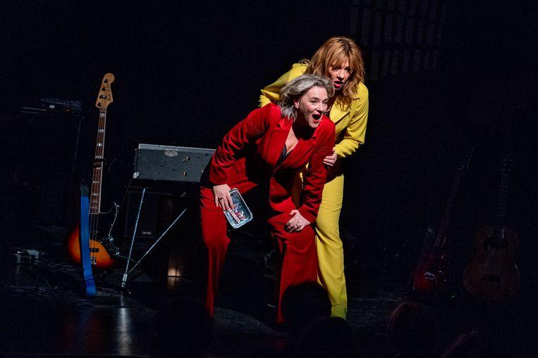 Mylou Frencken (links) en Dorine Wiersma in de cabaretvoorstelling 'Waagstukken'. Beeld Jaap Reedijk