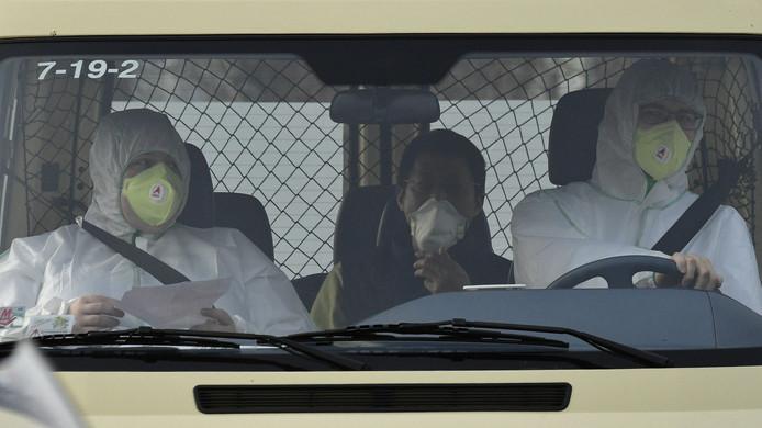 Een busje van het Duitse Rode Kruis brengt een uit Wuhan afkomstige man naar een speciale isolatieruimte.