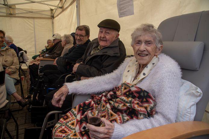 Nooit te oud voor de koers : Theodoor De Loor (98) en Mariette Van Alboom (94) supporteren aan WZC Kouterhof voor het voorbijrazende peloton.