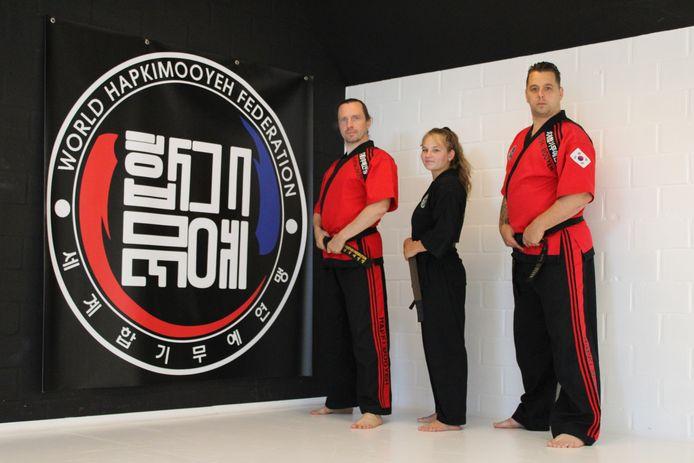 Sportclub Fighting Spirit uit Gistel heeft met Kyara Henckaerts een nieuwe zwarte gordel in de club. (vlnr) Hans Balcaen, Kyara Henckenaerts en Frankie Lacroix.