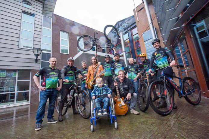 Noud Willems (4) uit Oirschot lijdt aan Duchenne. Hij wordt omringd door de teamleden van Go4Duchenne, Eric Berben (in oranje jas) en Ruud Verkooijen (knielend).