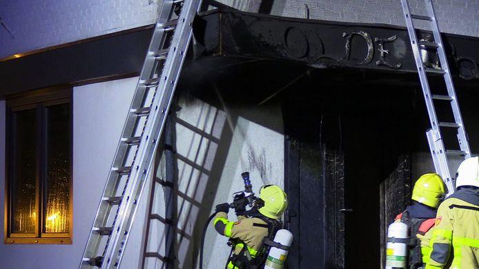 De brandweer aan het werk bij de woning aan de Prins Bernhardstraat in Silvolde
