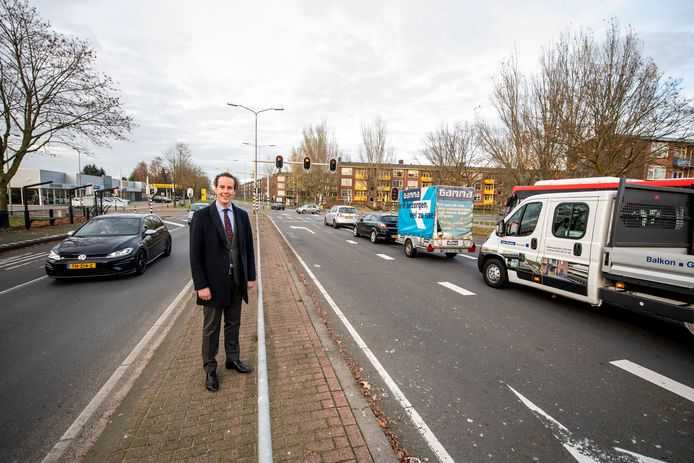Verkeerswethouder Arjen Maathuis op de middenberm van de Henriëtte Roland Holstlaan. De weg gaat medio 2021 op de schop om de doorstroming te verbeteren.