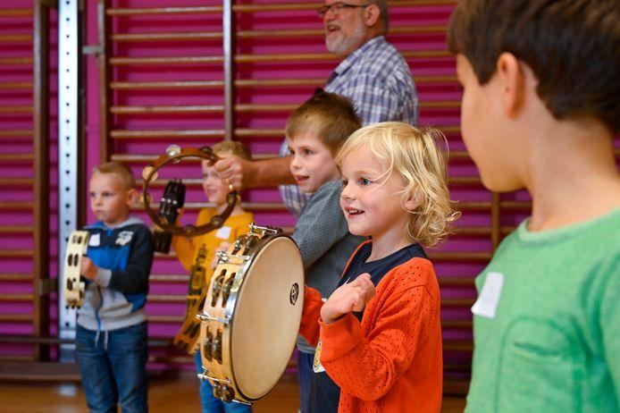 De kinderen leren spelenderwijs muziekinstrumenten kennen en leren ritme aan.