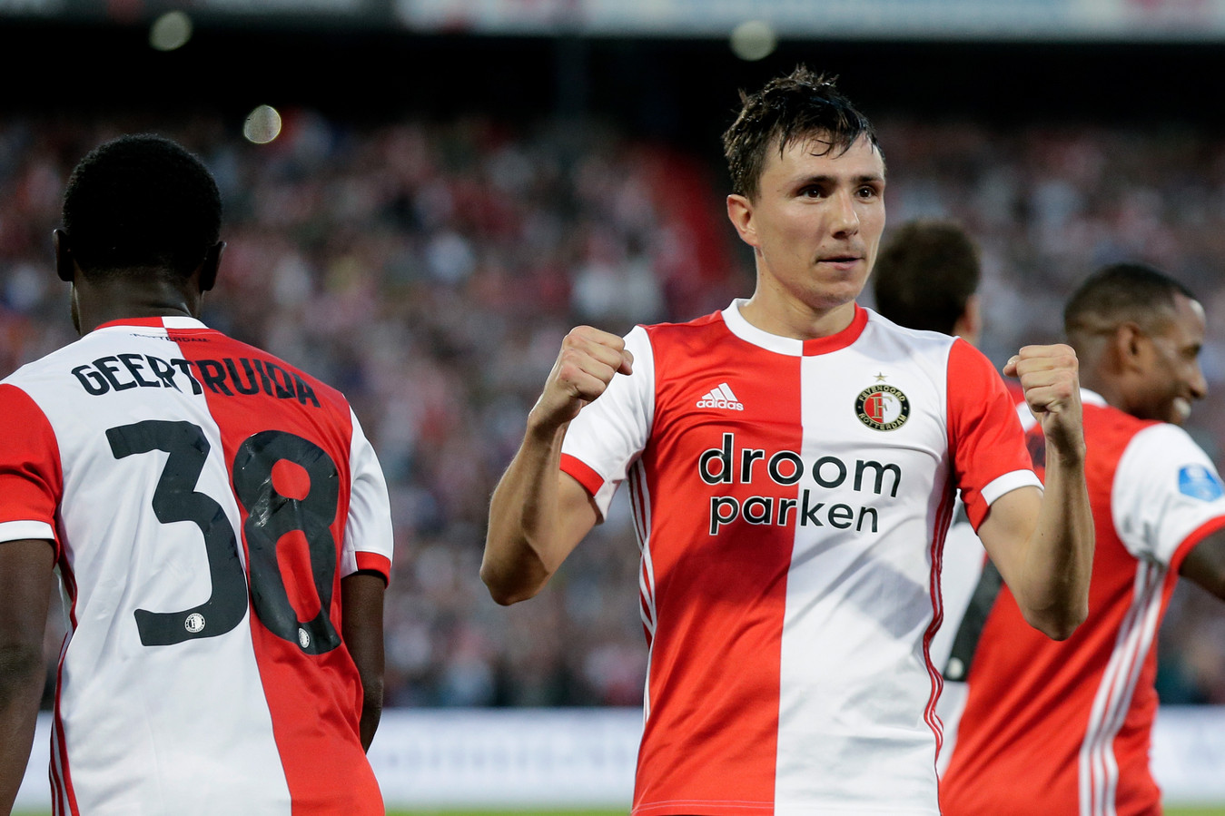 Steven Berghuis juicht na zijn rake strafschop, waarmee hij voor de 3-0 zorgde. Hij gaf ook de assists bij de 1-0 van Luis Sinisterra.