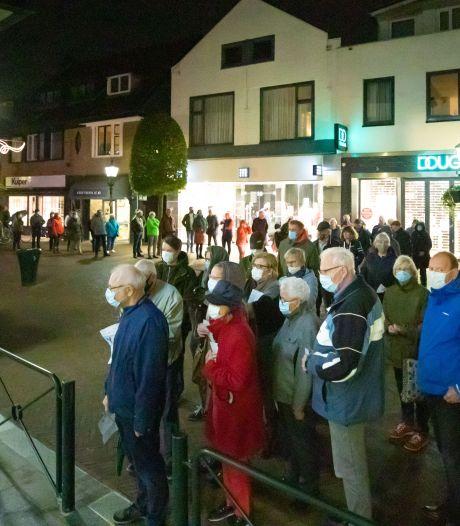 Huisarts vindt ophef over lange rijen voor griepprik in Baarn overdreven: 'Veiliger dan de Albert Heijn'