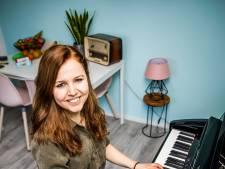 Miriam maakt warm 'corona-lied' voor eenzame ouderen