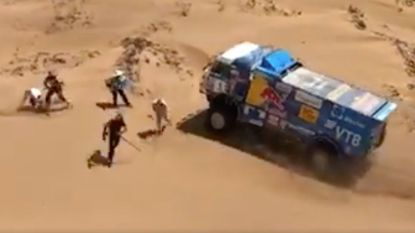 VIDEO. Russische trucker rijdt toeschouwer aan in Dakar en raast gewoon verder